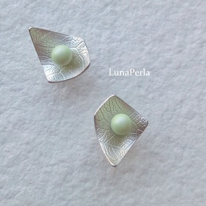 Swarovski - ezüst bedugós fülbevaló , Lógós fülbevaló, Fülbevaló, Ékszer, Ékszerkészítés, Ötvös, Szépséges, 4 mm-es swarovski kristály gyönggyel és ezüsttel készítettem ezt a fülbevalót.\nMérete kb ..., Meska