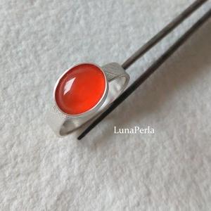 Ezüst gyűrű karneollal, Ékszer, Gyűrű, Ékszerkészítés, Ötvös, Levélerezet mintával készítettem a gyűrűsínt,  10x7 mm-es karneollal díszítettem.\nA gyűrűsín 4 mm .\n..., Meska