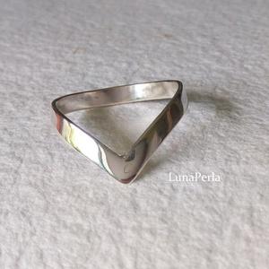 Viktória - kicsit másképp, Ékszer, Gyűrű, Ékszerkészítés, Ötvös, Ezüst gyűrűt készítettem, fényesre políroztam.\nA gyűrűsín 3 mm széles.\n\nBelső átmérője 19.1 mm.\n\n\n\n\n..., Meska