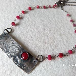 Ezüst - rubin nyaklánc medállal, Medálos nyaklánc, Nyaklánc, Ékszer, Ékszerkészítés, Ötvös, 4x5 mm-es rubinnal készítettem a medált, az ezüstöt anyagában mintáztam.\n\nAz ezüst láncba apró (2-3m..., Meska