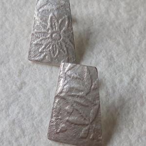 Ezüst bedugós fülbevaló , Pötty fülbevaló, Fülbevaló, Ékszer, Ékszerkészítés, Ötvös, Virágos mintával készítettem ezt a bedugós ezüst fülbevalót.\nHossza 15 mm.\n\n\n\n\n\n\n\n\n, Meska
