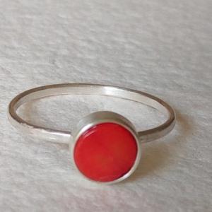 Ezüst gyűrű korallal, Ékszer, Gyűrű, Ékszerkészítés, Ötvös, Vékonyka ezüst gyűrű,  6 mm-es korallal.\n\nA gyűrű belső átmérője 17,3 mm., Meska