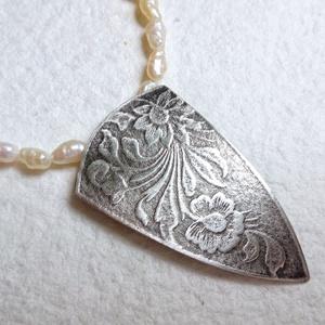 Tenyésztett gyöngy nyaklánc ezüst medállal, Ékszer, Nyaklánc, Esküvő, Esküvői ékszer, Medál, Ékszerkészítés, Ötvös, Nagyon szép kb. 6x3 tenyésztett gyöngyökkel készítettem ezt a nyakláncot.\nA medál ezüstje virágmintá..., Meska