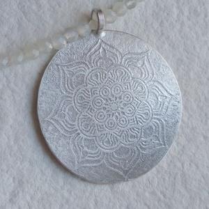Mandala mintás ezüst medál holdkő nyakláncon, Ékszer, Nyaklánc, Esküvő, Medál, Esküvői ékszer, Ékszerkészítés, Ötvös, A medált mandala szimbólummal díszítettem.\n 3mm-es fehér és szürke holdkő gyöngyökkel és ezüsttel ké..., Meska