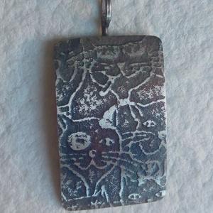 Cica mintás ezüst medál, Medál, Nyaklánc, Ékszer, Ékszerkészítés, Ötvös, Cica mintával díszített ezüst medál.\nA lemez mérete 25 x 15 mm.\nTeljes hossza: 3,2 cm.\n\n\n\n\n\n\n\n\n\n\n\n\n\n..., Meska