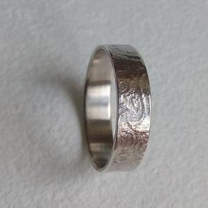 Mintás ezüst gyűrű, Ékszer, Gyűrű, Kerek gyűrű, Ékszerkészítés, Ötvös, Nyomott mintás ezüst gyűrű.\n\nBelső átmérője 17,2 mm, a gyűrűsín 5 mm.\n\n\n\n\n\n\n\n\n\n, Meska