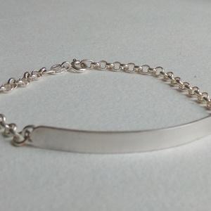 Ezüst karkötő, Ékszer, Karkötő, Lánc karkötő, Ékszerkészítés, Ötvös, Lapbetétes ezüst karlánc.\nAz ezüstlap mérete 45 x 5 mm, a láncszemek 3 millisek.\nA karkötő hossza 18..., Meska