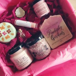 Jane Austen Könyvklub doboz, Szépségápolás, Ajándékcsomag, Kozmetikum készítés, Jane Austen Könyvklub dobozunk számos izgalmas terméket tartalmaz, mely egytől egyig elrepít minket ..., Meska