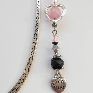 Kutyás ezüst színű könyvjelző, <3 my dog charm-mal, rózsaszín-fekete-ezüst gyöngyökkel, Otthon & Lakás, Papír írószer, Könyvjelző, Gyöngyfűzés, gyöngyhímzés, Mindenmás, Rózsaszín, fekete és ezüst színű gyöngyökkel és egy szív alakú kutyás charm-mal díszített könyvjelző..., Meska