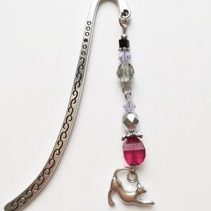 Cicás könyvjelző, rózsaszín, lila gyöngyökkel díszítve, ezüst színű macskás charm-mal, Otthon & Lakás, Papír írószer, Könyvjelző, Gyöngyfűzés, gyöngyhímzés, Mindenmás, Rózsaszín, lila és ezüst színű gyöngyökkel és nyújtózkodó cicás charm-mal díszített könyvjelzőt kész..., Meska