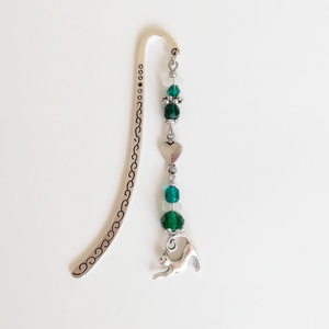 Cicás szíves könyvjelző, zöld, ezüst gyöngyökkel díszítve, ezüst színű macskás charm-mal, Otthon & Lakás, Papír írószer, Könyvjelző, Gyöngyfűzés, gyöngyhímzés, Mindenmás, Zöld és ezüst színű gyöngyökkel, egy mini szív alakú köztes fémelemmel és nyújtózkodó cicás charm-ma..., Meska