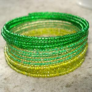 Zöld, zöldebb, még zöldebb - karkötő, Ékszer, Karkötő, Ékszerkészítés, 2 mm-es 3féle zöld kásagyöngyök sokasága memória karkötőn 15 sorban. \n\nA természet tavaszi friss zöl..., Meska