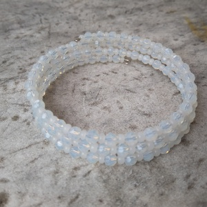 Opalit 3 soros karkötő, Ékszer, Karkötő, Esküvő, Ékszerkészítés, 4 mm-es fazettált opalit gyöngyök közé 3 mm-es opál fehér üveggyöngyöket fűztem fel memória karkötőr..., Meska