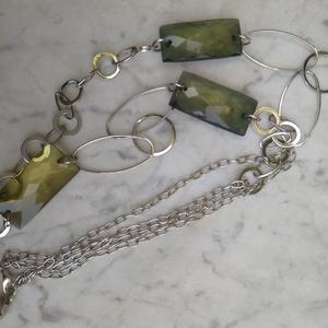 Zöld négyzetes nyaklánc, Ékszer, Nyaklánc, Ékszerkészítés, Elegáns, lánccal kombinált zöld színű csiszolt akril gyöngyös nyaklánc.\n\nNyaklánc hossza: 90 cm.\n\nBo..., Meska