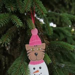 Hóemberes pulcsis cica karácsonyfadísz pink, Karácsony & Mikulás, Karácsonyfadísz, Vicces, egyedi, hóemberes pulcsis cica karácsonyfadísz. Minden darab kézzel festett fa alapra. A fes..., Meska