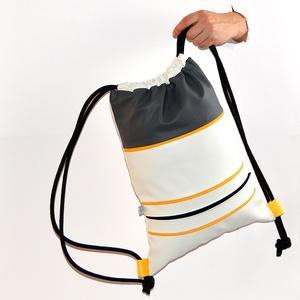 Textilbőr hátizsák, gymbag, Táska & Tok, Hátizsák, Gymbag, Varrás, Fehér, és szürke színű textilbőr táska, mustársárga díszcsíkkal, és elől cipzáros zsebbel. Fekete sz..., Meska