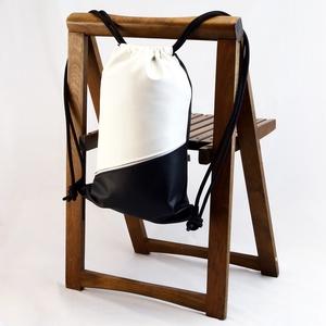 Textilbőr hátizsák, gymbag, Táska & Tok, Hátizsák, Gymbag, Varrás, Fekete-fehér színű textilbőr táska, és elől cipzáros zsebbel. Fekete színű pamutvászon béléssel. \nEl..., Meska