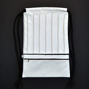 Textilbőr hátizsák, gymbag, Táska & Tok, Hátizsák, Gymbag, Varrás, Fehér színű textilbőr táska fekete színű díszcsíkkal, és elől cipzáros zsebbel. Fekete színű pamutvá..., Meska