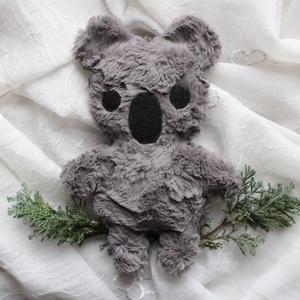 Koala maci plüss, Gyerek & játék, Játék, Plüssállat, rongyjáték, Baba játék, Játékfigura, Baba-és bábkészítés, Varrás, Szürke, puha plüss koala. Bundája kellemes tapintású műszőrméből, pofija filc anyagból készül.\nPuha ..., Meska