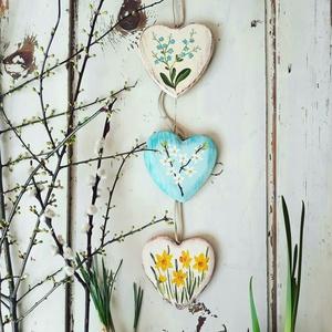 Tavaszi dekoráció, ajtódīsz 3 szív, virágos tavasz, nárcisz, nefelejcs, szilva virág, mandula, jácint, tulipán virág, Otthon & lakás, Dekoráció, Dísz, Festészet, Famegmunkálás, 2 oldalas festett 10 cm-es szívek.3 db. A virágok szabadon vákaszthatók., Meska