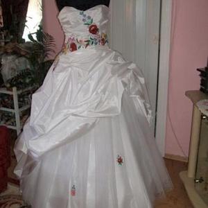 Kalocsai himzett menyasszonyi ruha, , Menyasszonyi ruha, Ruha, Esküvő, Hímzés, Varrás, Nagyon szép, egyedi, elegáns tüllös, kalocsai himzéssel készített menyasszonyi ruha. A ruha hátán fü..., Meska
