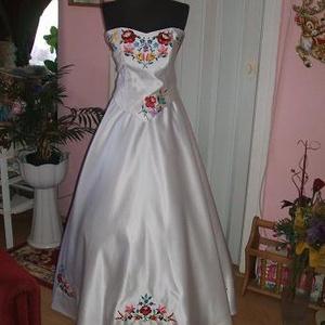 Menyasszonyi ruha, kalocsai hímzéssel, egyedi a nagy napra. - Meska.hu