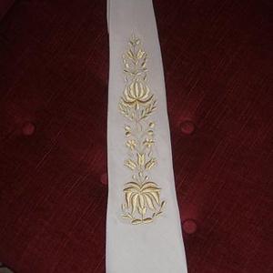 Kalocsai himzéssel diszített férfi nyakkendő, Nyakkendő, Kiegészítők, Esküvő, Hímzés, Varrás, Kalocsai hímzett egyedi férfi nyakkendő. Különböző szinben is rendelhető. , Meska