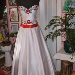 Menyasszonyi, báli ruha, düsesz, kalocsai hímzett., Menyasszonyi ruha, Ruha, Esküvő, Hímzés, Varrás, Egyedi tervezésű menyasszonyi ruha. Anyaga düsesz. Kalocsai hímzéssel és riseliős széllel díszítve. ..., Meska