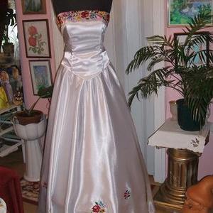 Menyasszonyi ruha, kalocsai himzett, két részes, 38-40, Esküvő, Menyasszonyi ruha, Táska, Divat & Szépség, Magyar motívumokkal, Hímzés, Varrás, Kalocsai hímzett menyasszonyi ruhát kínálok. Egyedi tervezésű. Két részes, füzős, jól alakítható. Sz..., Meska