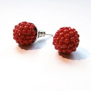 Piros színű gömb alakú gyöngyhorgolt bedugós fülbevaló, Ékszer, Fülbevaló, Ékszerkészítés, A piros fülbevaló piros gyöngyökből, gyöngyhorgolásos technikával készült. A gömb átmérője kb. 0,9 ..., Meska