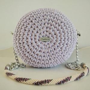 Levendula lila horgolt macaron alkalmi táska levendula mintájú gyöngyhorgolt lecsatolható pánttal , Táska & Tok, Horgolás, Gyöngyfűzés, gyöngyhímzés, A táska különlegességét a vállpántja adja, mely levendula mintájú gyöngyhorgolt rész és egy fémlánc ..., Meska