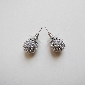 Ezüst színű gyöngyhorgolt gömb átszúrós fülbevaló, Ékszer, Fülbevaló, Horgolás, Gyöngyfűzés, gyöngyhímzés, Az ezüst színű fülbevaló gyöngyhorgolásos technikával készült. A gömb átmérője kb. 1 cm. A gömböt ro..., Meska