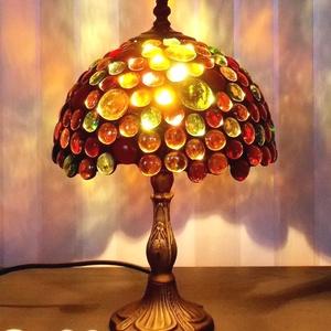 Gyöngyvarázs  tiffany hangulatlámpa, Hangulatlámpa, Lámpa, Otthon & Lakás, Üvegművészet, Fémmegmunkálás, Tiffany technikával készült hangulatlámpa. A teljes magassága 34 cm, a búra 22 cm széles és 15 cm ma..., Meska