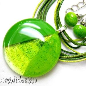 Csillogó, elegáns, zöld SZÍNTRIÓ üvegékszer szett, nyaklánc, pötty  fülbevaló , Ékszer, Fülbevaló, Medál, Ékszerszett, Ékszerkészítés, Üvegművészet, Csillogó zöld, áttetsző zöld, borsózöld minőségi, ékszerüvegből készült a medál, és a stiftes fülbev..., Meska