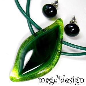 Smaragdzöld levél üvegékszer szett, nyaklánc, stiftes fülbevaló, Ékszer, Fülbevaló, Ékszerszett, Medál, Ékszerkészítés, Üvegművészet, Elegáns, levél formájú medál és pötty fülbevaló. Csillogó, áttetsző zöld és smaragdzöld, kissé mintá..., Meska