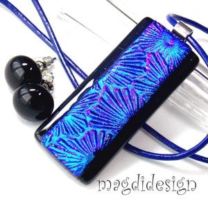 Fekete-kék Fúzió üvegékszer szett, nyaklánc, stiftes fülbevaló, Ékszer, Medál, Fülbevaló, Ékszerszett, Ékszerkészítés, Üvegművészet, Csillogó kék-lila mintás dichroic és fekete ékszerüveg felhasználásával készült a medál és a stiftes..., Meska