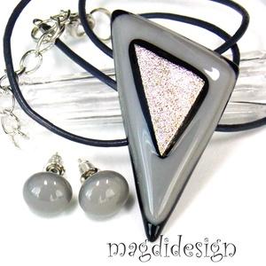 Púderes csillogás üvegékszer szett nyaklánc, stiftes fülbevaló, Ékszer, Medál, Fülbevaló, Ékszerszett, Ékszerkészítés, Üvegművészet, Elegáns, vagány, feltűnő, háromszög formájú szürke-púder  medál és fülbevaló. Különleges, csillogó, ..., Meska