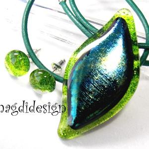 Smaragdzöld levél üvegékszer szett, nyaklánc, fülbevaló, Ékszer, Fülbevaló, Medál, Ékszerkészítés, Üvegművészet, Elegáns, levél formájú medál és hozzá illő fülbevaló.  Áttetsző zöld csillámos és csillogó, kékes-z..., Meska