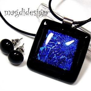Fekete-kék kocka üvegékszer szett, nyaklánc, stiftes fülbevaló, Ékszer, Medál, Fülbevaló, Ékszerszett, Ékszerkészítés, Üvegművészet, Csillogó kék mintás dichroic és fekete ékszerüveg felhasználásával készült a medál és a stiftes fülb..., Meska