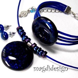 Csillogó kék üvegékszer szett nyaklánc, karkötő, stiftes fülbevaló, Ékszer, Medál, Karkötő, Fülbevaló, Ékszerkészítés, Üvegművészet, Csillogó, kék-lila ékszerüveg felhasználásával készült az üveg medál, a karkötő és a stiftes fülbeva..., Meska