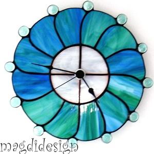 Kék-nefelejcs Tiffany falióra, ballagásra, esküvőre, Falióra & óra, Dekoráció, Otthon & Lakás, Üvegművészet, Fémmegmunkálás, Tiffany technikával készült falióra, melynek átmérője 27 cm. Az óra 28 különlegesen megformált üvegd..., Meska