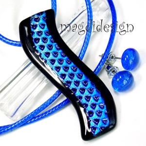 Ég-kék hullámzás üvegékszer szett nyaklánc, stiftes fülbevaló, Ékszer, Medál, Fülbevaló, Ékszerszett, Csillogó, kék mintás dichroic és fekete ékszerüveg felhasználásával készült a medál és a stiftes fül..., Meska