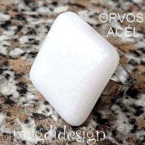 Hófehér kocka üvegékszer gyűrű, Ékszer, Gyűrű, Pecsétgyűrű, Ékszerkészítés, Üvegművészet, Sejtelmesen csillogó fehér ékszerüveg felhasználásával készült a gyűrű, olvasztásos technikával. A g..., Meska