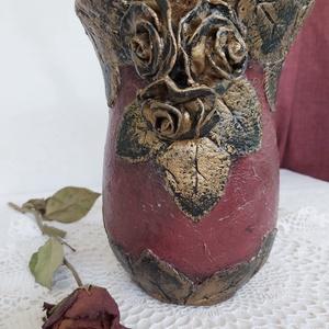 Antikolt rózsás váza, Otthon & lakás, Dekoráció, Dísz, Gyurma, Festett tárgyak, Kb 20 cm magas levegőre száradó gyurmával dekorált és antikolt üveg váza. Öblös üveg vázát dekorálta..., Meska