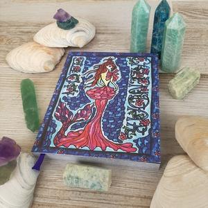 Book Of Ocean Drops- sellős öröknaptár, jegyzet, napló, Művészet, Grafika & Illusztráció, Fotó, grafika, rajz, illusztráció, Festészet, BOOK OF OCEAN DROPS- SELLŐ ÖRÖKNAPTÁR, JEGYZET, NAPLÓ\n222 teljes színes oldal. Méretek: 11.5 cm x 14..., Meska