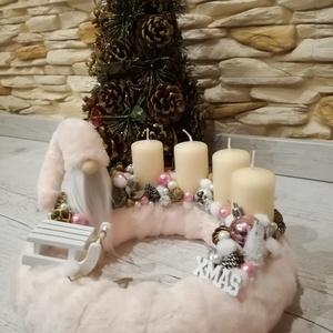Karácsonyi asztaldísz rózsaszín álom, Otthon & lakás, Dekoráció, Ünnepi dekoráció, Karácsony, Karácsonyi dekoráció, Mindenmás, Virágkötés, Szalma alapot halvány rózsaszín műszőrmével vontam be, krém színű gyertyákat tettem rá, melyeket hoz..., Meska