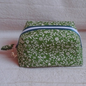 Zöld talpas neszesszer (kozmetikai táska) , Táska & Tok, Neszesszer, Zöld színű, kis virágmintás pamutvászonból készült cipzáros, talpas neszesszer. Bélésanyaga hozzáill..., Meska