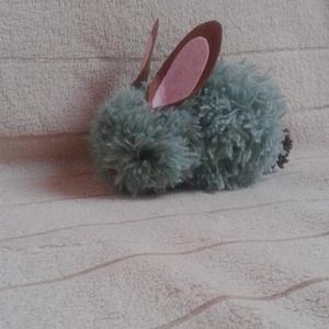 Puha pom-pom nyuszi - nem csak Húsvétra, Gyerek & játék, Húsvéti díszek, Ünnepi dekoráció, Dekoráció, Otthon & lakás, Játék, Játékfigura, Mindenmás, Szürke fonalból készült pom-pomból lett összeállítva ez a kisnyuszi. A füle filcből van.\nMérete:  17..., Meska