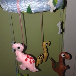 Kézzel varrott dinoszauruszos babaforgó, Játék & Gyerek, Kiságyforgó, 3 éves kor alattiaknak, Teljes egészében kézzel van varrva, készítve ez a kedves, dínós babaforgó, hungarocell karika, pamut..., Meska