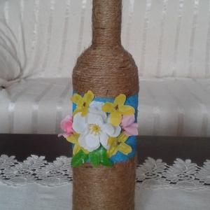 Virágos üveg dekoráció - Anyáknapjára, Dekoráció, Otthon & lakás, Lakberendezés, Kaspó, virágtartó, váza, korsó, cserép, Festett tárgyak, Újrahasznosított alapanyagból készült termékek, Újrahasznosított üvegből készült. Spárgával, festéssel és műanyag kis virágokkal díszítettük. Vázána..., Meska